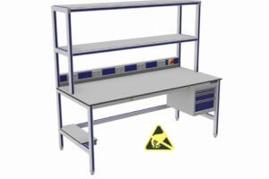 ESD-veilige werktafel met dubbele opstand en o.a. energiegoot